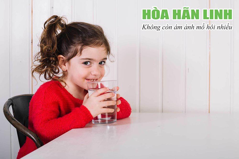 Khuyến khích trẻ uống đủ nước để tránh bị mất nước do đổ mồ hôi